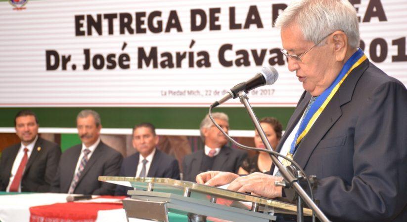 """ROBERTO SALDAÑA VILLASEÑOR RECIBIÓ LA PRESEA """"JOSÉ MARÍA CAVADAS"""" DE MANOS DEL ALCALDE"""